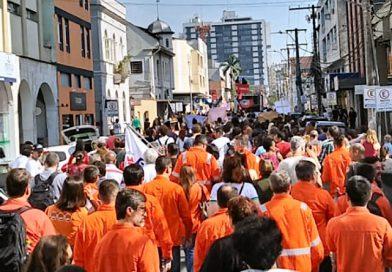 Manifestação e passeata unem trabalhadores e estudantes em Joinville